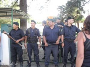 Operativo policial para finalizar obra ilegitima, resistida por los vecinos.